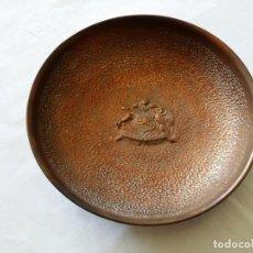 Antigüedades: ANTIGUO PLATO DE COBRE CON ESCUDO DE CHILE. 22 CM DE DIÁMETRO, PARA MESA O COLGAR PARED. Lote 248279285