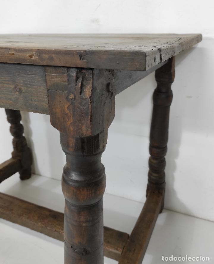 Antigüedades: Antigua Mesa Rústica - Patas Torneadas en Madera de Pino - Sobre de Nogal - S. XVII-XVIII - Foto 12 - 248397870