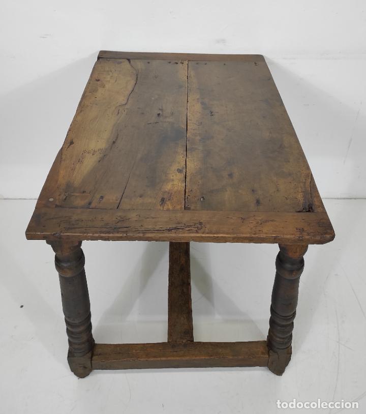ANTIGUA MESA RÚSTICA - PATAS TORNEADAS EN MADERA DE PINO - SOBRE DE NOGAL - S. XVII-XVIII (Antigüedades - Muebles Antiguos - Mesas Antiguas)