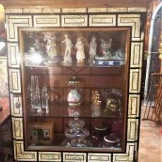 Oggetti Antichi: VITRINA DE MADERA Y HUESO. Lote 248469960