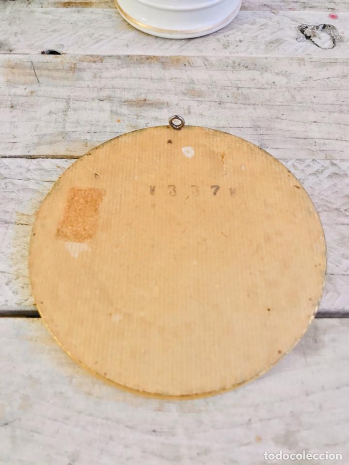 Antigüedades: CUADRO REDONDO DE FLORES CON TELA BORDADA Y MARCO DORADO AÑOS 60 Y GANCHO PARA PARED - Foto 5 - 248576470