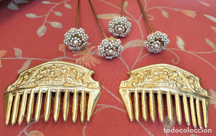 Antigüedades: Juego de 3 peinetas antiguas con escudo de Valencia y cuatro alfileres originales con perlas. - Foto 2 - 248580060