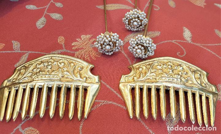 Antigüedades: Juego de 3 peinetas antiguas con escudo de Valencia y cuatro alfileres originales con perlas. - Foto 3 - 248580060