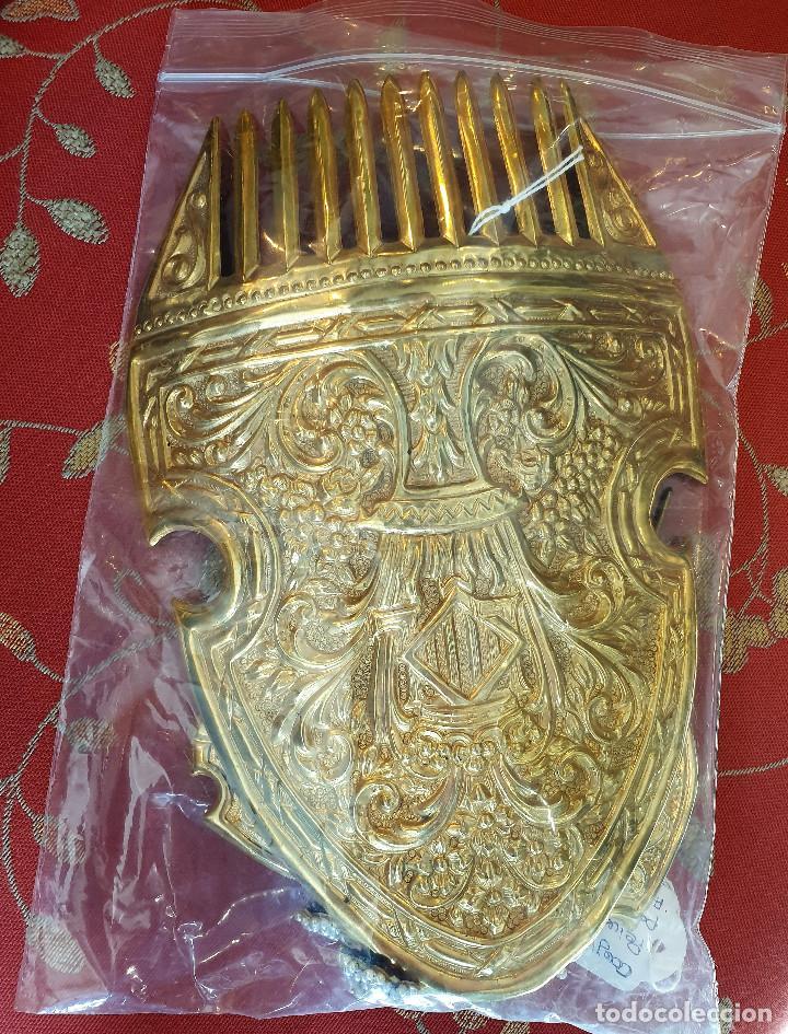 Antigüedades: Juego de 3 peinetas antiguas con escudo de Valencia y cuatro alfileres originales con perlas. - Foto 4 - 248580060