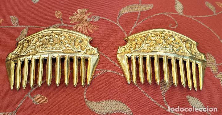 Antigüedades: Juego de 3 peinetas antiguas con escudo de Valencia y cuatro alfileres originales con perlas. - Foto 5 - 248580060
