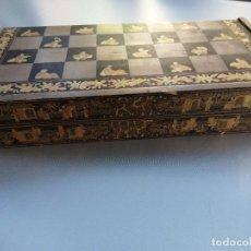 Antigüedades: ANTIGUA CAJA AJEDREZ MADERA LACADA DINASTÍA QING TARDIA. Lote 248628015