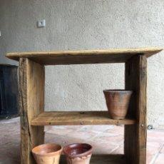 Antigüedades: TOSCA ESTANTERÍA RÚSTICA PARA COLGAR DE GRUESA MADERA DE PINO - ESTANTE, LIBRERÍA RÚSTICA, COCINA. Lote 248710810