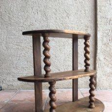 Antigüedades: ESTANTERÍA ANTIGUA DE MADERA CHAPA EN NOGAL CON TORNEADO SALOMÓNICO EN COLUMNAS - ESTANTE, AUXILIAR. Lote 248724755