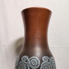 Antigüedades: GRAN JARRÓN DE 50 CM. EN CERÁMICA AÑOS 60/70 FIRMADO SERRA. Lote 248732940