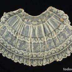 Antigüedades: F21 - CAPA DE CRISTIANAR. CA 1900 BATISTA Y ENCAJE. COLOR MARFIL.. Lote 248983030