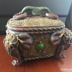 Antigüedades: ESPECTACULAR CAJA JOYERO CON MOTIVOS ETNICOS. Lote 249031390