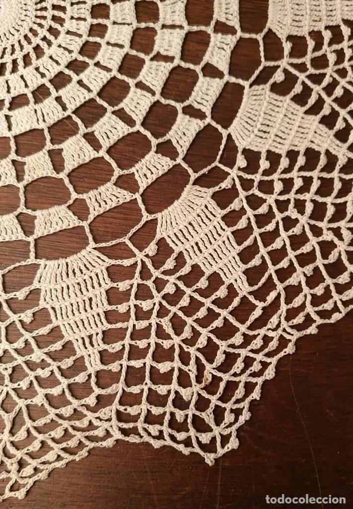 Antigüedades: Tp 46 Bonito tapete con buen trabajo - redondo 25cm diámetro - beige / blanco roto - Foto 2 - 249063000