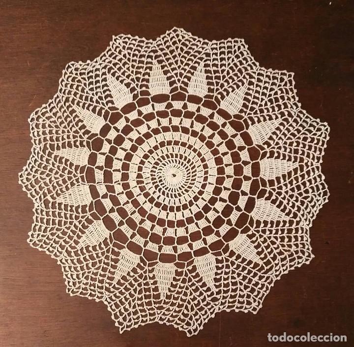 Antigüedades: Tp 46 Bonito tapete con buen trabajo - redondo 25cm diámetro - beige / blanco roto - Foto 3 - 249063000