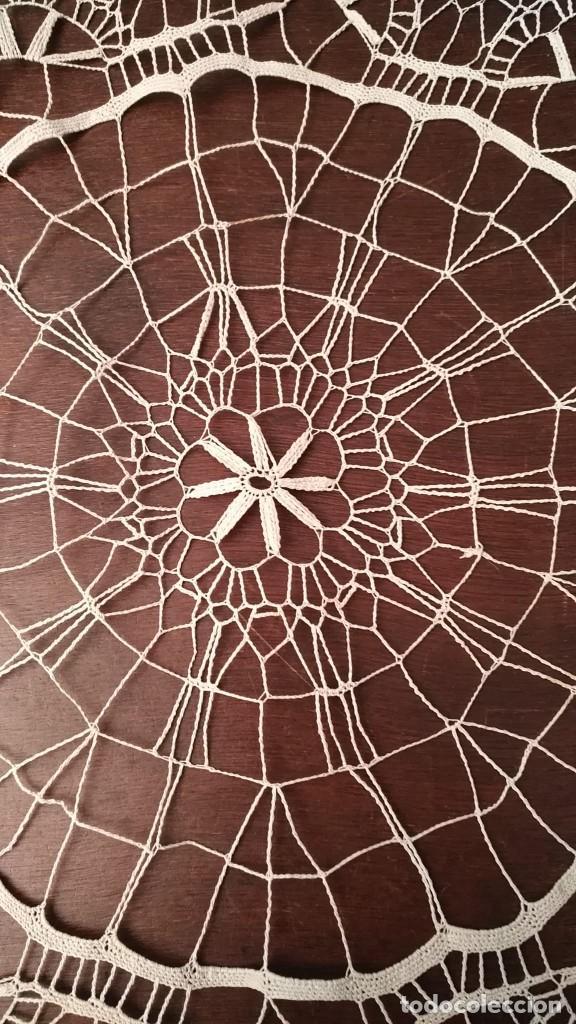 Antigüedades: Tp 47 Elegante tapete con bonito trabajo - redondo 42cm diámetro - beige / blanco roto - Foto 2 - 249065100