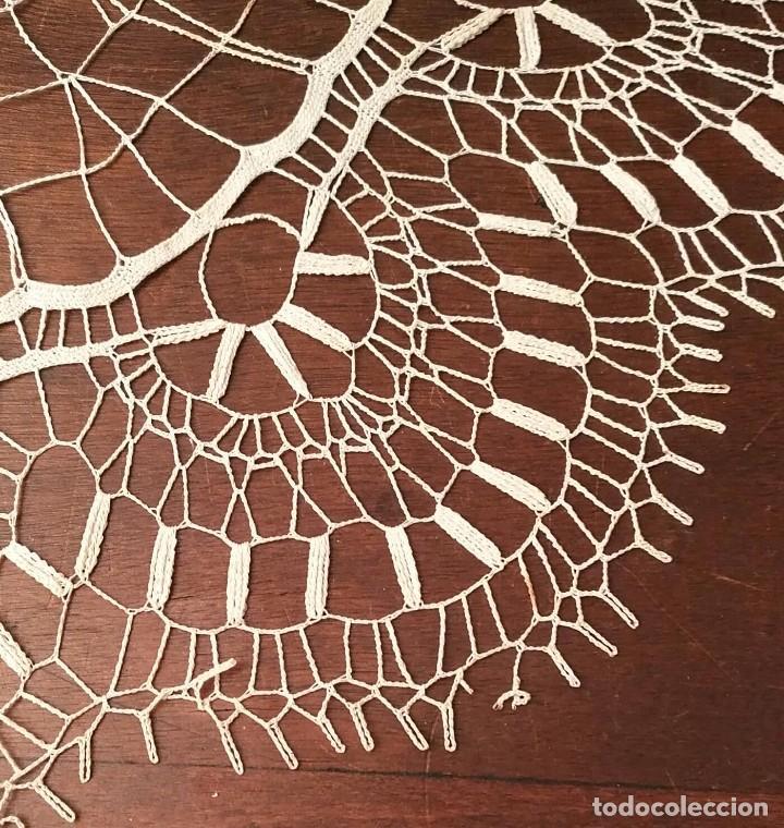 Antigüedades: Tp 47 Elegante tapete con bonito trabajo - redondo 42cm diámetro - beige / blanco roto - Foto 3 - 249065100