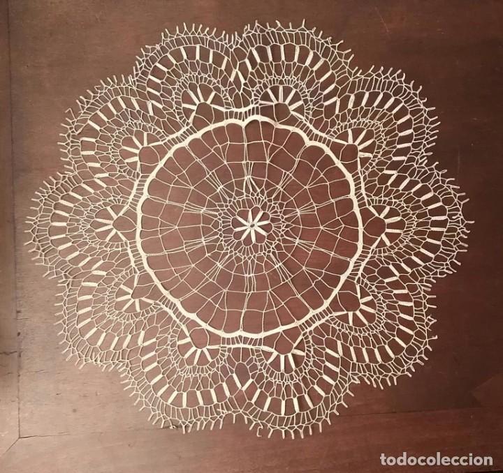 Antigüedades: Tp 47 Elegante tapete con bonito trabajo - redondo 42cm diámetro - beige / blanco roto - Foto 4 - 249065100
