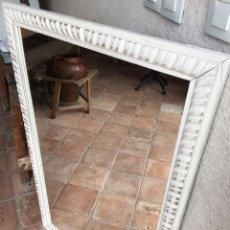 Antigüedades: GRAN ESPEJO ANTIGUO CON MARCO BLANCO DE MADERA TALLADA CON BONITA DECORACIÓN. Lote 249100790