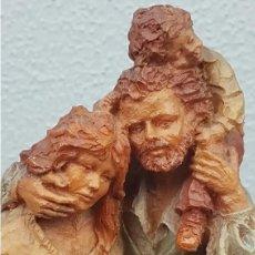 Antigüedades: BONITA Y TIERNA ESCULTURA DE UNA PAREJA CON SU NIÑO DE JOSEP BOFILL SOBRE BASE DE MADERA CON PLACA. Lote 249185580