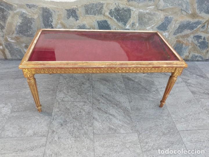 ANTIGUA MESA EXPOSITOR ,MADERA RECUBIERTA DE PASTA Y BASE DE CRISTAL (Antigüedades - Muebles Antiguos - Mesas Antiguas)