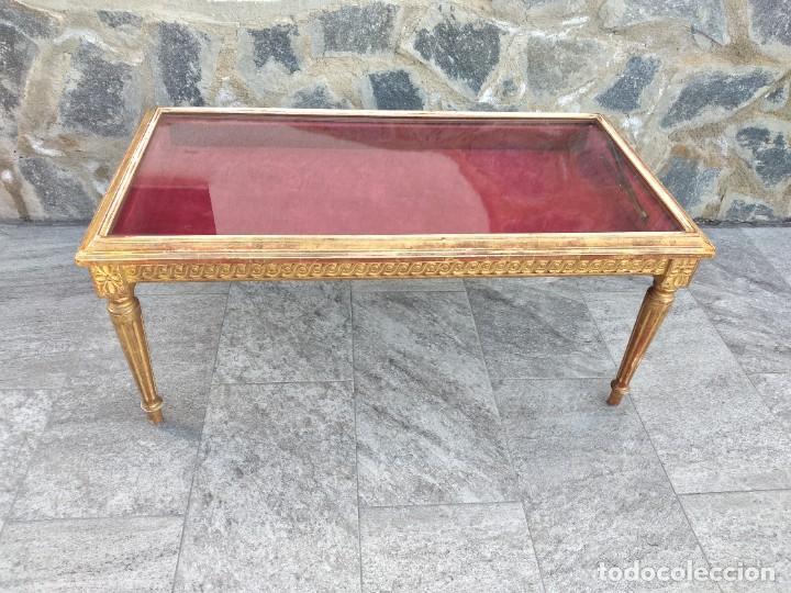Antigüedades: Antigua mesa expositor ,madera recubierta de pasta y base de cristal - Foto 2 - 249206440