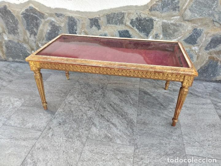 Antigüedades: Antigua mesa expositor ,madera recubierta de pasta y base de cristal - Foto 3 - 249206440