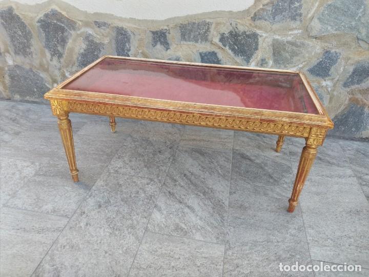 Antigüedades: Antigua mesa expositor ,madera recubierta de pasta y base de cristal - Foto 4 - 249206440