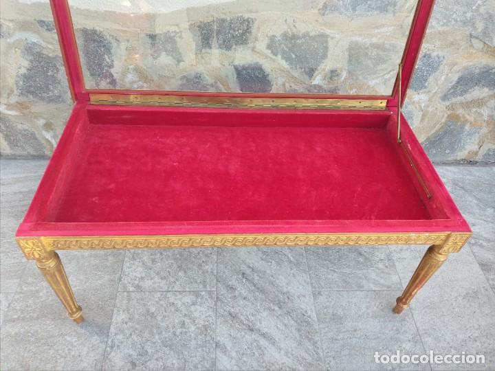Antigüedades: Antigua mesa expositor ,madera recubierta de pasta y base de cristal - Foto 7 - 249206440