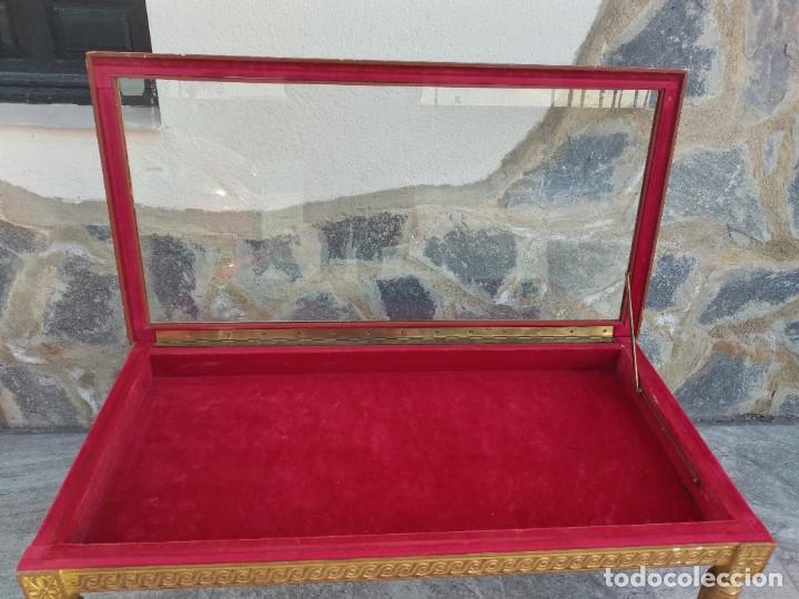 Antigüedades: Antigua mesa expositor ,madera recubierta de pasta y base de cristal - Foto 8 - 249206440