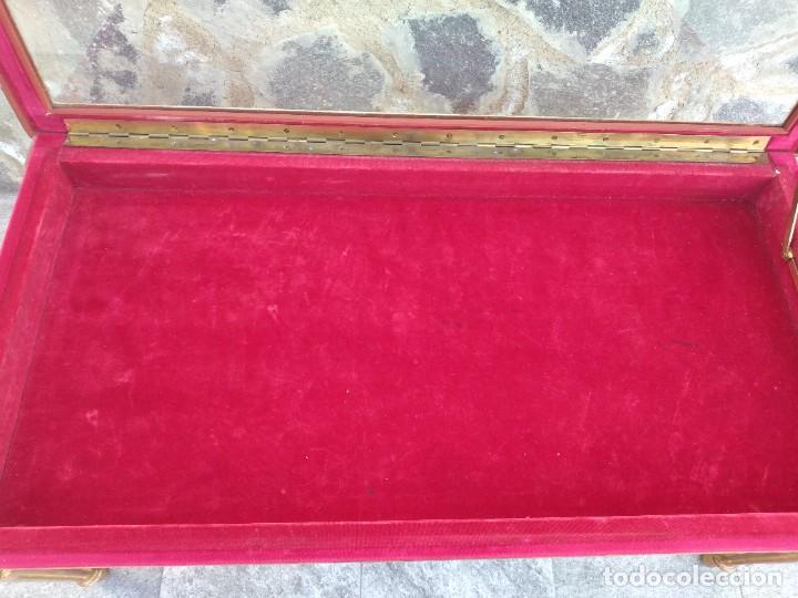 Antigüedades: Antigua mesa expositor ,madera recubierta de pasta y base de cristal - Foto 9 - 249206440