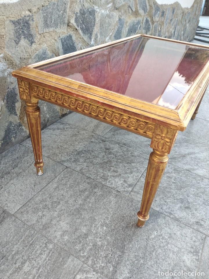 Antigüedades: Antigua mesa expositor ,madera recubierta de pasta y base de cristal - Foto 10 - 249206440