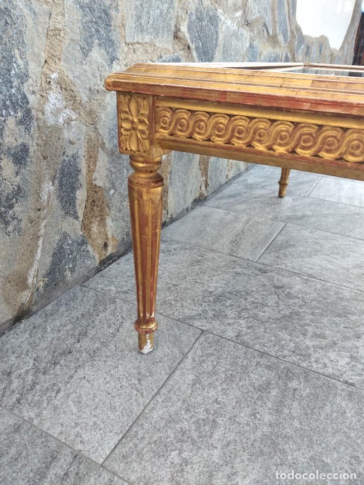 Antigüedades: Antigua mesa expositor ,madera recubierta de pasta y base de cristal - Foto 11 - 249206440