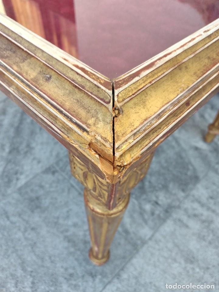 Antigüedades: Antigua mesa expositor ,madera recubierta de pasta y base de cristal - Foto 13 - 249206440