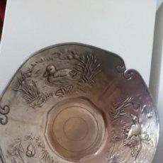 Antigüedades: PRECIOSA ANTIGUA Y GRANDE FUENTEO CENTRO DE MESA ANOS 20,30 DIBUROS EN RELIEVO HECHA EN ESTANO. Lote 249268140