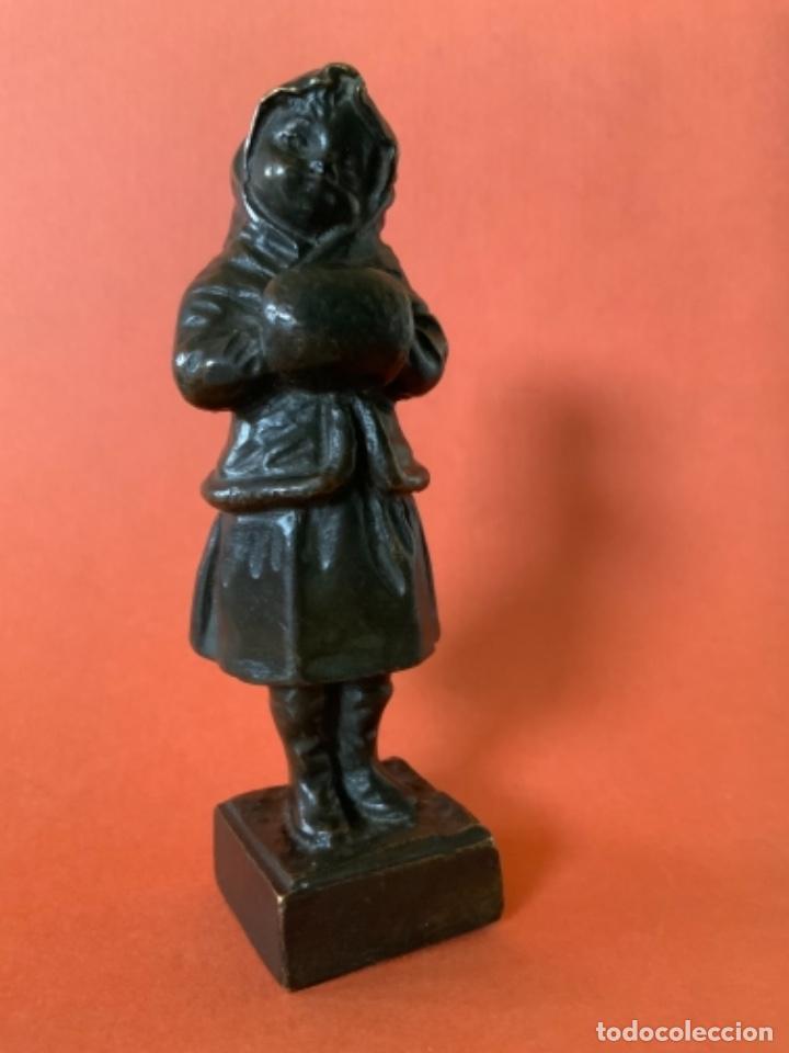 FIGURA DE BRONCE LE GULUCHE. FIRMADA . NIÑA ABRIGADA. CIRCA 1900. 11 CM. 400 GRAMOS. (Antigüedades - Hogar y Decoración - Figuras Antiguas)