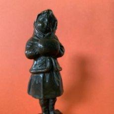 Antigüedades: FIGURA DE BRONCE LE GULUCHE. FIRMADA . NIÑA ABRIGADA. CIRCA 1900. 11 CM. 400 GRAMOS.. Lote 249269300