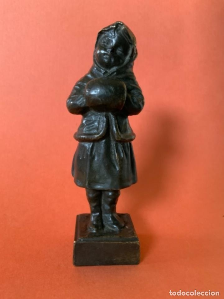 Antigüedades: FIGURA DE BRONCE Le Guluche. Firmada . Niña abrigada. Circa 1900. 11 cm. 400 gramos. - Foto 2 - 249269300