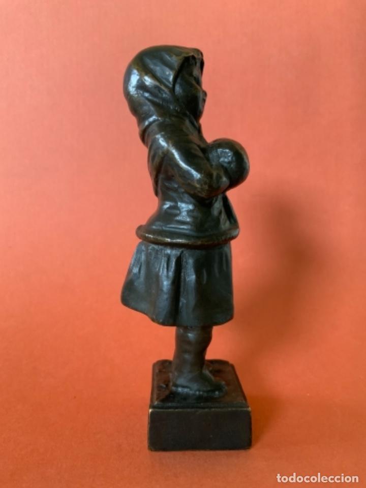 Antigüedades: FIGURA DE BRONCE Le Guluche. Firmada . Niña abrigada. Circa 1900. 11 cm. 400 gramos. - Foto 3 - 249269300