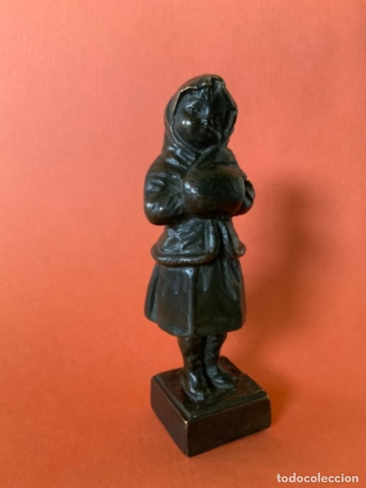 Antigüedades: FIGURA DE BRONCE Le Guluche. Firmada . Niña abrigada. Circa 1900. 11 cm. 400 gramos. - Foto 4 - 249269300