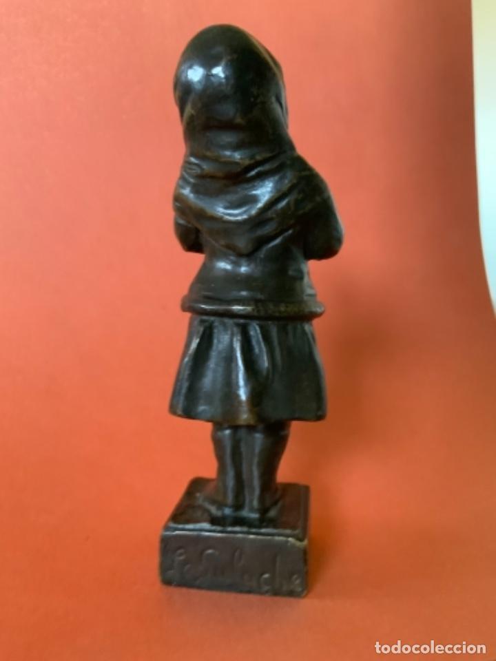 Antigüedades: FIGURA DE BRONCE Le Guluche. Firmada . Niña abrigada. Circa 1900. 11 cm. 400 gramos. - Foto 5 - 249269300