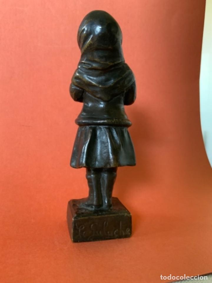 Antigüedades: FIGURA DE BRONCE Le Guluche. Firmada . Niña abrigada. Circa 1900. 11 cm. 400 gramos. - Foto 6 - 249269300