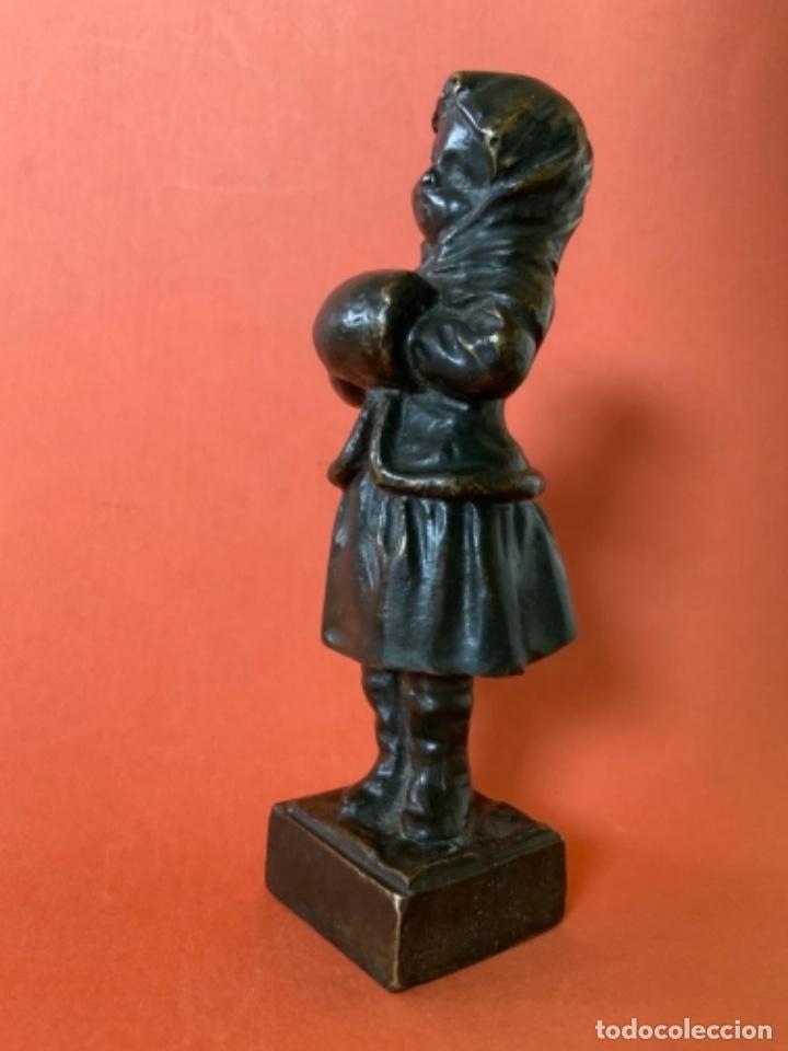 Antigüedades: FIGURA DE BRONCE Le Guluche. Firmada . Niña abrigada. Circa 1900. 11 cm. 400 gramos. - Foto 10 - 249269300