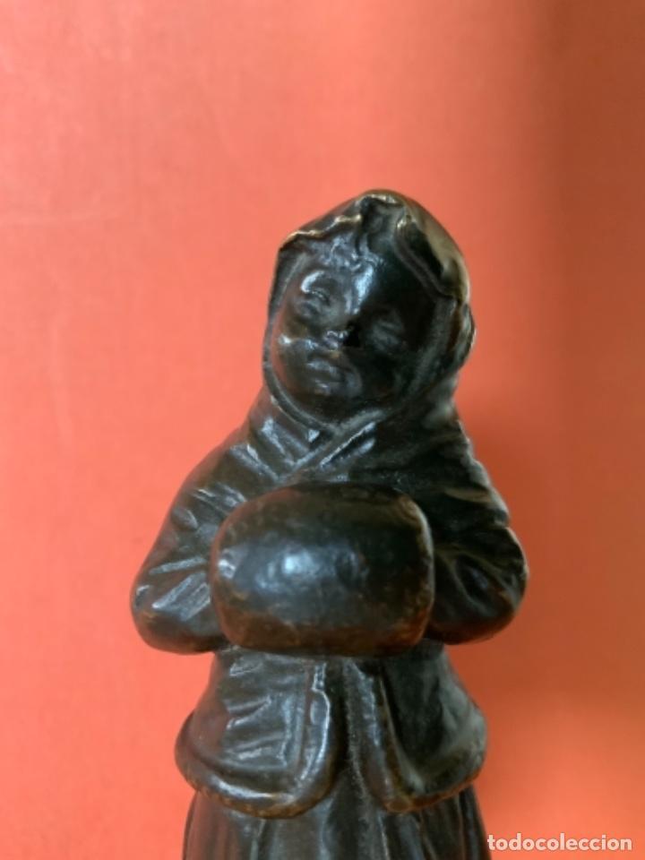 Antigüedades: FIGURA DE BRONCE Le Guluche. Firmada . Niña abrigada. Circa 1900. 11 cm. 400 gramos. - Foto 11 - 249269300