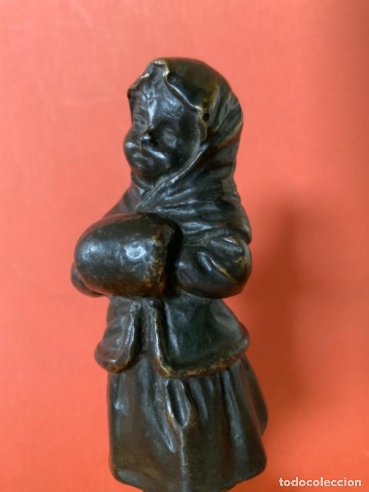 Antigüedades: FIGURA DE BRONCE Le Guluche. Firmada . Niña abrigada. Circa 1900. 11 cm. 400 gramos. - Foto 15 - 249269300