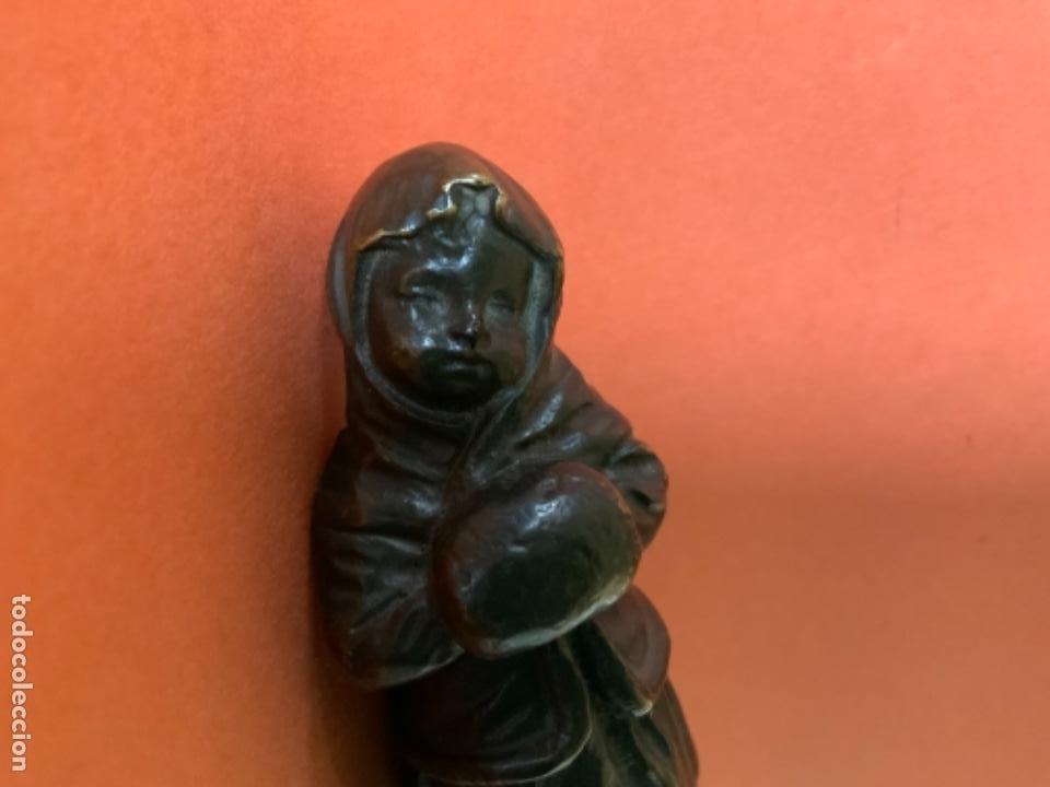 Antigüedades: FIGURA DE BRONCE Le Guluche. Firmada . Niña abrigada. Circa 1900. 11 cm. 400 gramos. - Foto 16 - 249269300