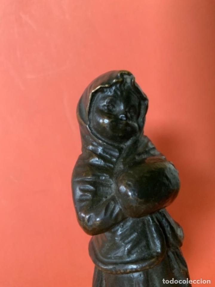 Antigüedades: FIGURA DE BRONCE Le Guluche. Firmada . Niña abrigada. Circa 1900. 11 cm. 400 gramos. - Foto 17 - 249269300