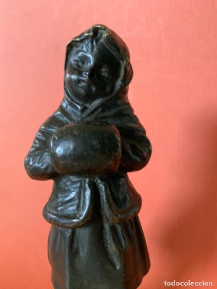 Antigüedades: FIGURA DE BRONCE Le Guluche. Firmada . Niña abrigada. Circa 1900. 11 cm. 400 gramos. - Foto 18 - 249269300