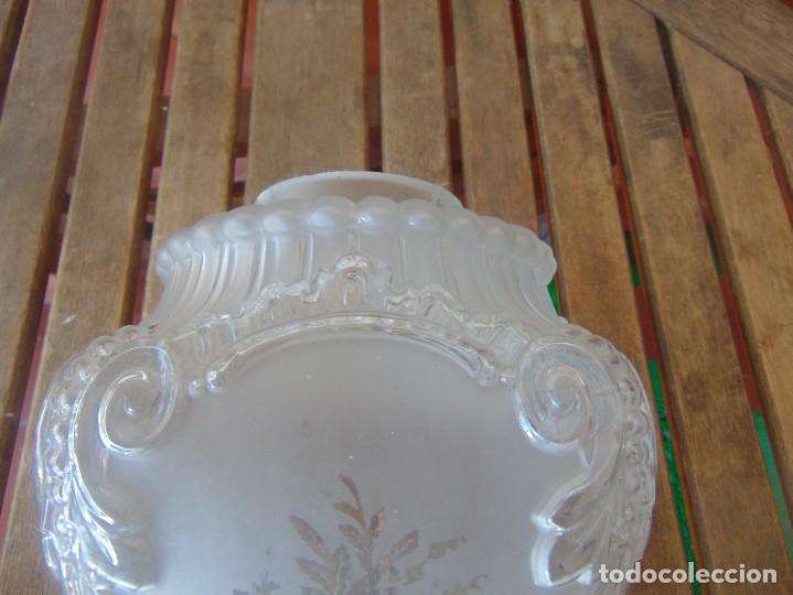 Antigüedades: TULIPA CON PARTE BAJA DE LAMPARA EN CRISTAL TALLADO, CON DECORACIÓN DE FLORES - Foto 3 - 249508575
