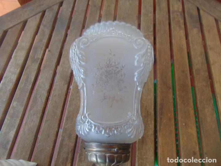 Antigüedades: TULIPA CON PARTE BAJA DE LAMPARA EN CRISTAL TALLADO, CON DECORACIÓN DE FLORES - Foto 6 - 249508575
