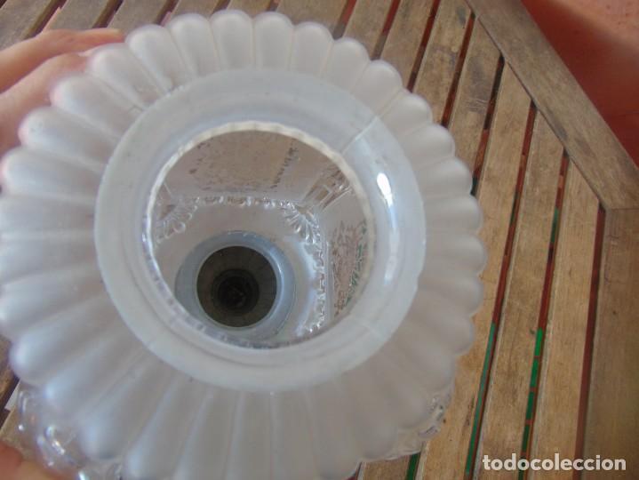 Antigüedades: TULIPA CON PARTE BAJA DE LAMPARA EN CRISTAL TALLADO, CON DECORACIÓN DE FLORES - Foto 7 - 249508575