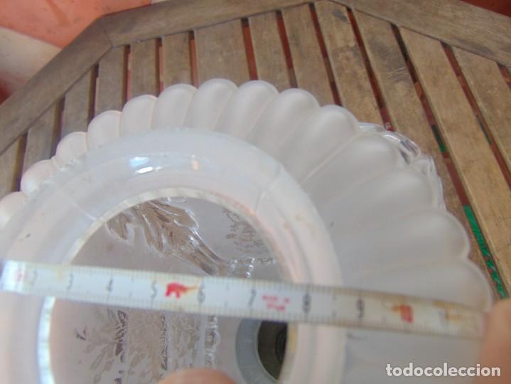 Antigüedades: TULIPA CON PARTE BAJA DE LAMPARA EN CRISTAL TALLADO, CON DECORACIÓN DE FLORES - Foto 8 - 249508575